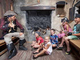 Children_enjoy_some_swashbuckling_storytelling_at_pirates_quest_newquay__cornwall